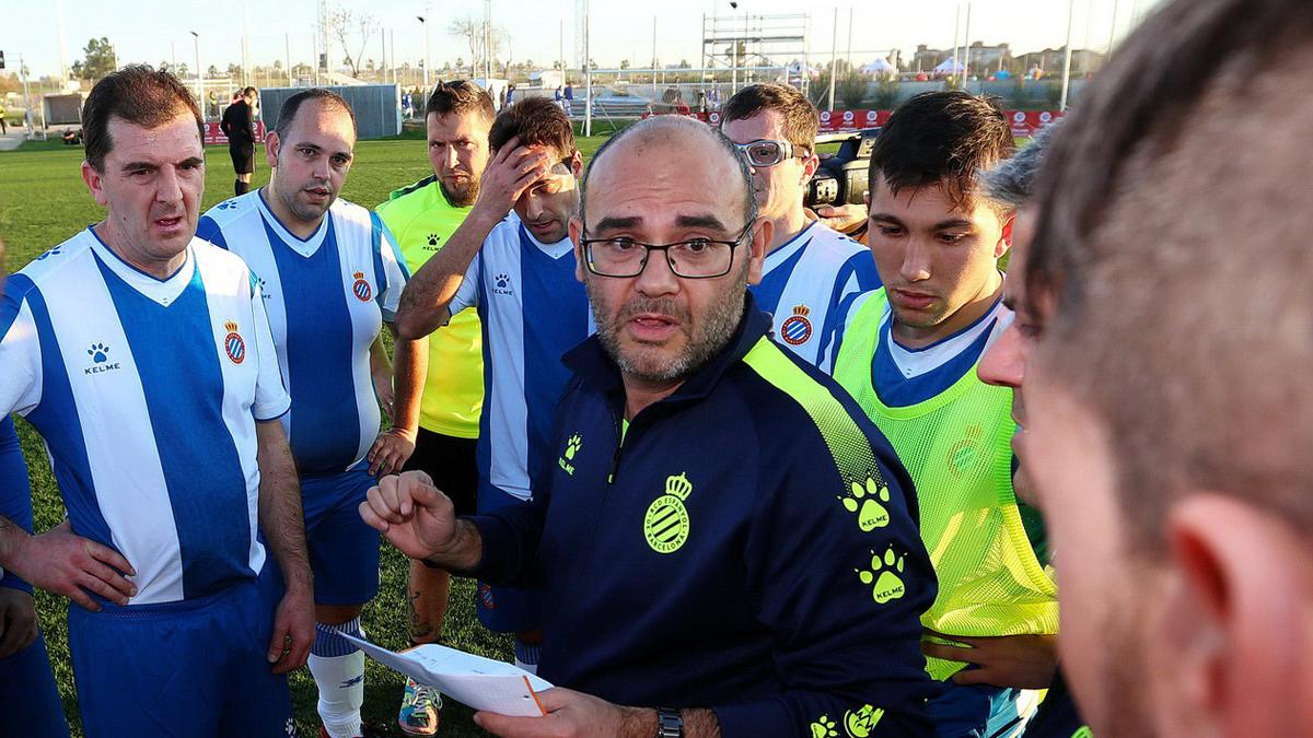 Xavi Tendero da indicaciones a los jugadores del RCD Espanyol Special antes de un partido.