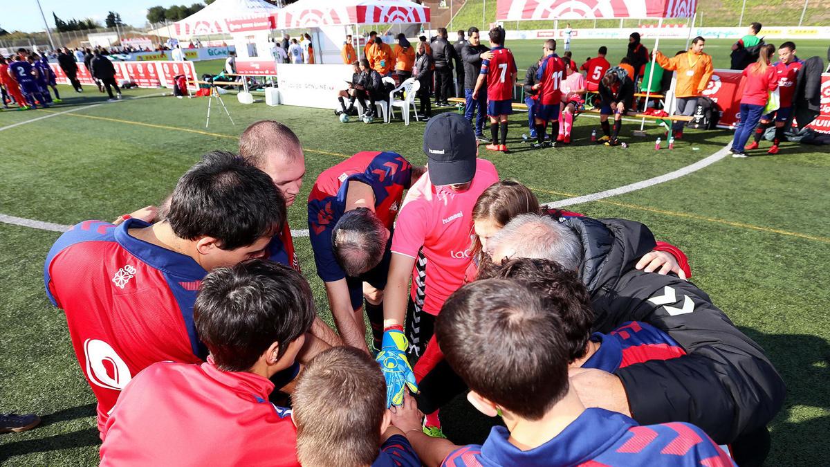 Piña del CA Osasuna Genuine antes del partido.