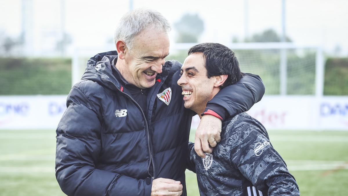 El entrenador del Athletic Club Fundazioa saluda a un jugador del Real ValladoliDI.
