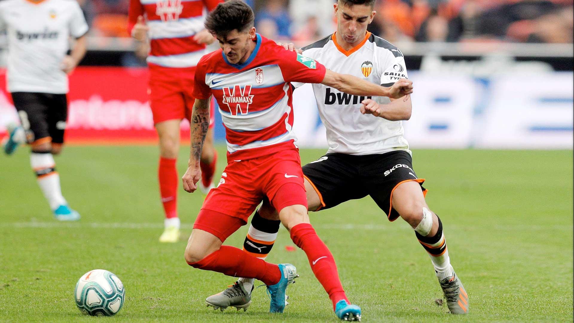 Neva (Granada CF) y Ferran Torres (Valencia CF) disputan un balón en el partido que enfrentó a ambos clubs en Mestalla.