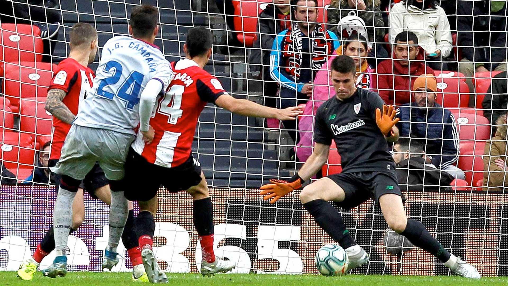 Unai Simón, portero del Athletic Club, intenta detener la pelota en el duelo disputado en San Mamés ante el Levante UD.