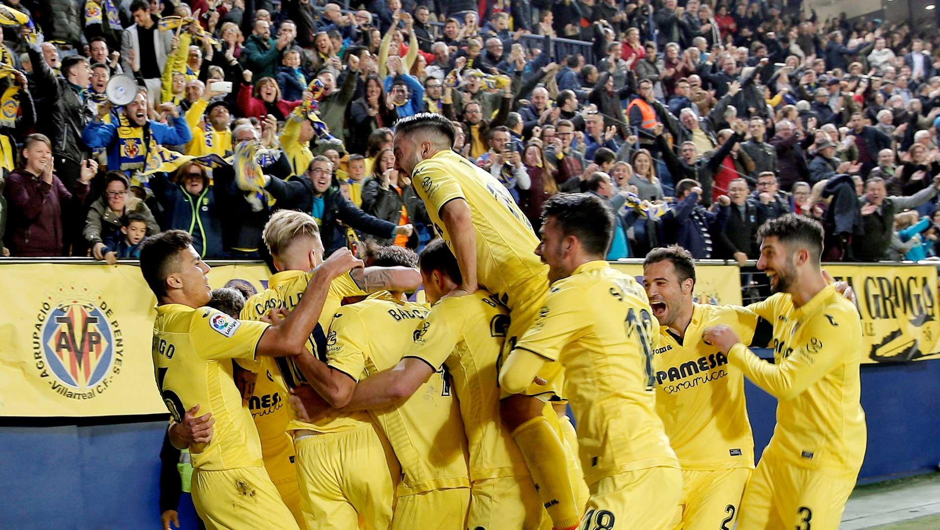 Los jugadores del Villarreal CF celebran un gol con su afición.