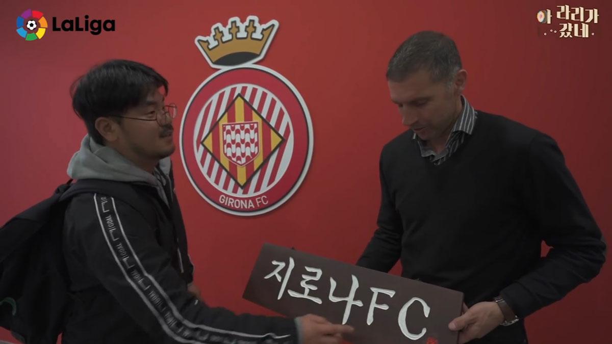 Youtubers' coreanos le entregan un cartel al presidente, Delfi Geli, en su visita a Girona .