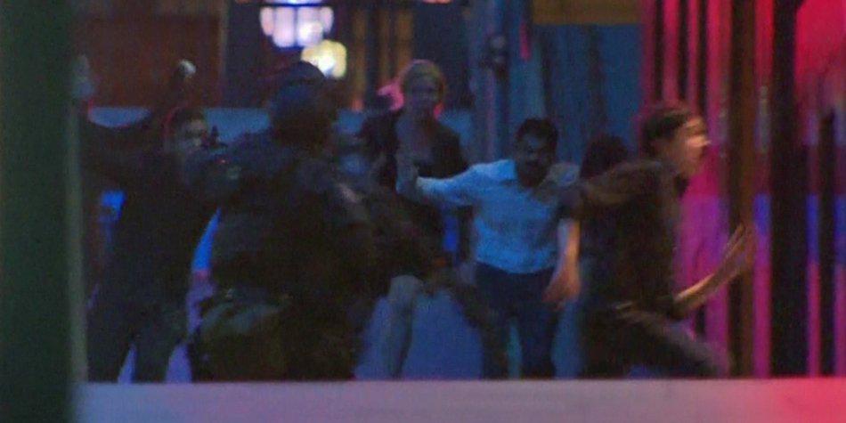 Entrada de la policía en el café de Sídney donde un secuestrador tenía secuestradas a 21 personas.