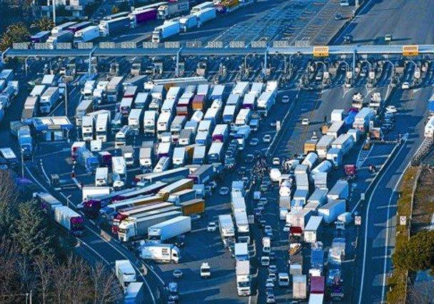 Camioneros italianos bloquean la autopista A16 en un peaje a la altura de Nápoles, ayer.