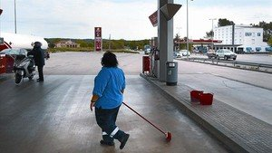 Poca clientela 8 Una de les gasolineres de la N-2 a Bàscara (Alt Empordà), ahir.