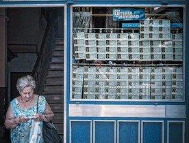 Una dona surt, ahir, duna administració de loteria de la Rambla de Barcelona.