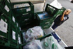 Un repartidor del supermercado online Capraboacasa.com se prepara para entregar un pedido.