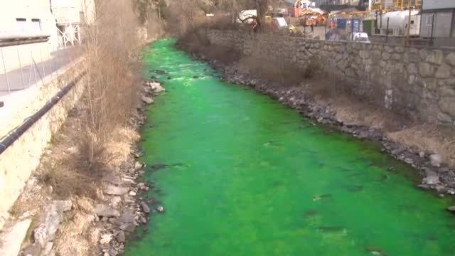 El riu Valira de color verd, al seu pas per la frontera entre Catalunya i Andorra.