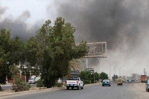 Columnas de humo tras la explosión de un coche durante los enfrentamientos entre los separatistas yemenís y las tropas del Gobierno de Hadi, en Adén, el 31 de enero.