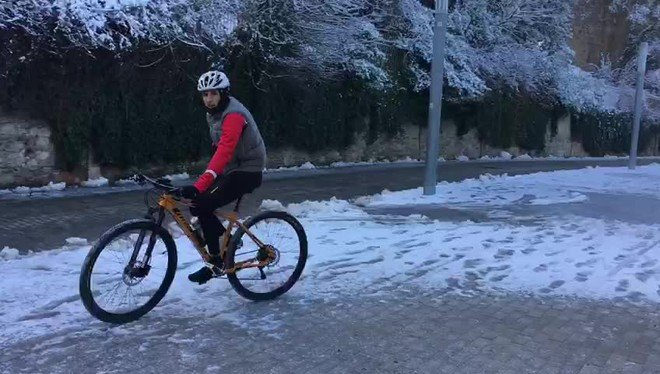 La nieve vuelve a tenir la montaña del Tibidabo de blanco.