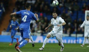 zentauroepp42382199 real madrid s karim benzema right vies for the ball with ge180303214438
