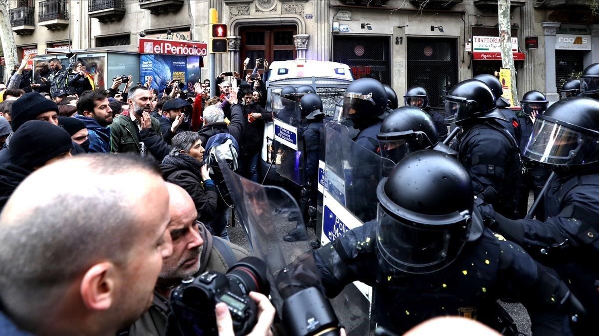 Manifestantes forcejean con mossos ante la Delegación del Gobierno en Catalunya