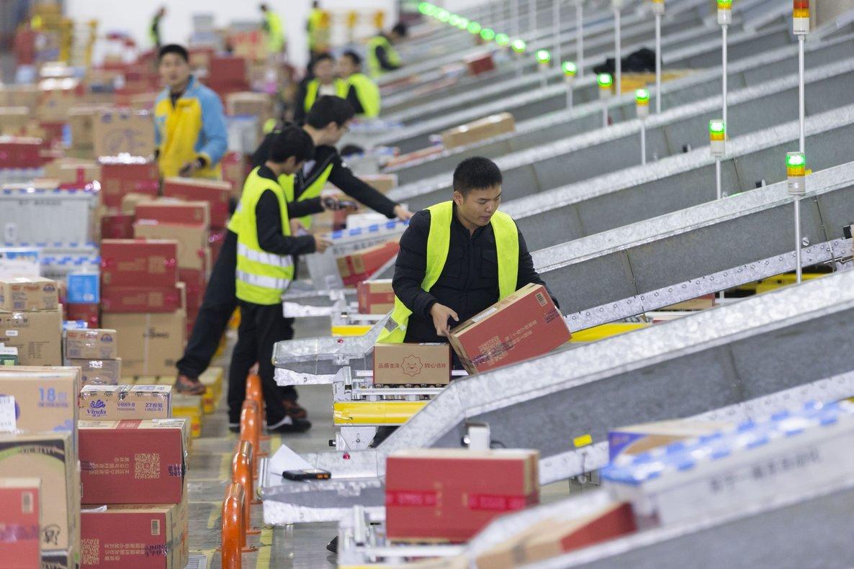 Trabajadores en un centro de distribución de Alibaba en Jiangsu, China, el Día del Soltero.