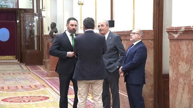 Abascal abandona el hemiciclo con dos víctimas de ETA durante el discurso de Bildu.