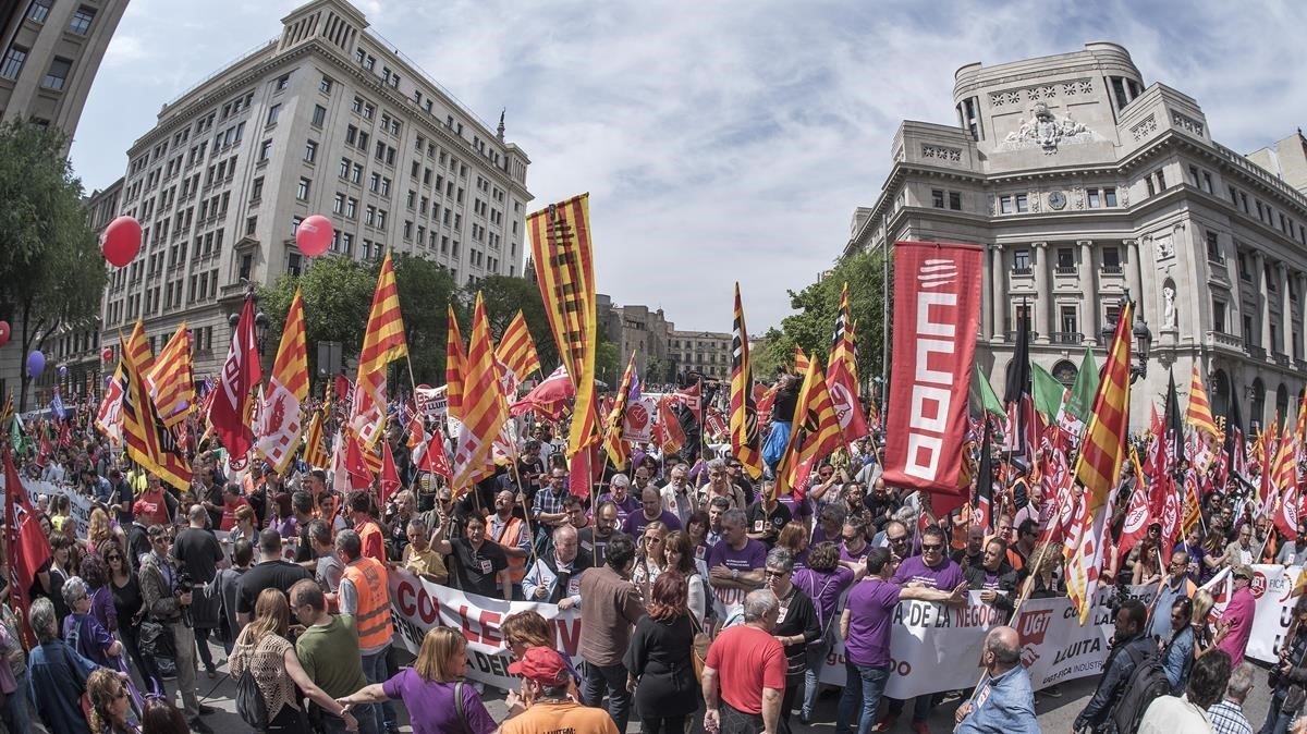 Centenares de delegados sindicales de 25 sectores manifestándose frente a Foment del Treball para reclamar mayores incrementos salariales, el pasado 22 de mayo.