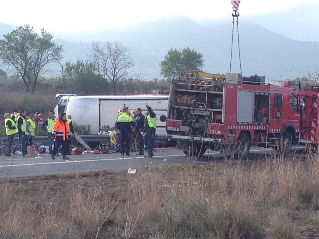 Los bomberos y la policia en el lugar del accidente de autocar.