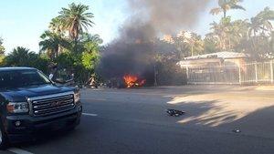 El coche de Riley y Montserrat arde junto a la carretera.
