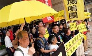Activistas a favor de la democracia muestran su apoyo a los líderes de la 'Revolución de los Paraguas' en Hong Kong.