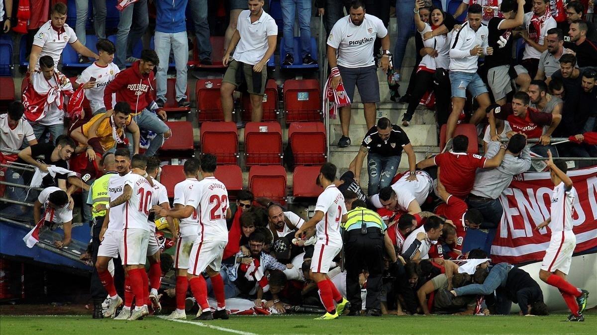 El impactante accidente que sufrieron hinchas del Sevilla mientras festejaban un gol