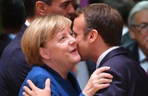 Merkel, Macron y Michel disfrutaron en la terraza de la suave noche bruselense tras reunirse con el resto de sus homólogos europeos.
