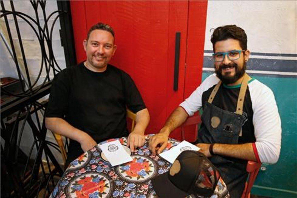 Albert Adrià y Paco Méndez, en una de las mesas de la taquería. Foto: Álvaro Monge