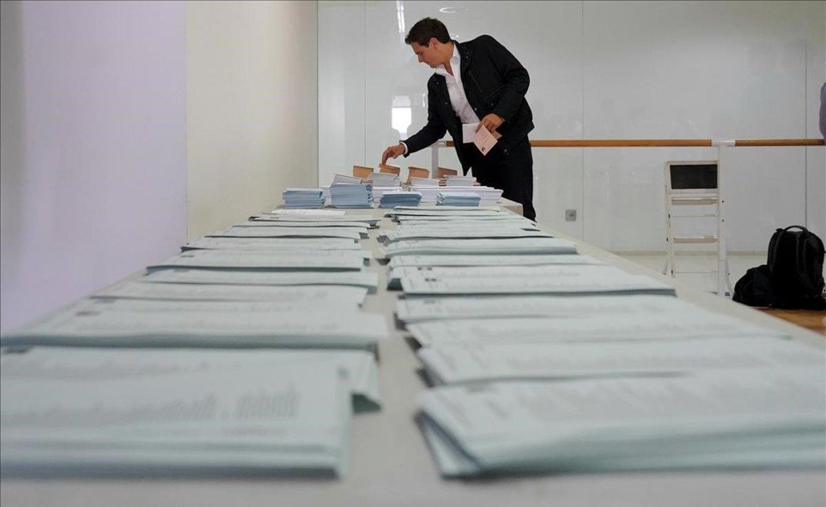 Albert Rivera escoge su papeleta para votar, en Madrid.