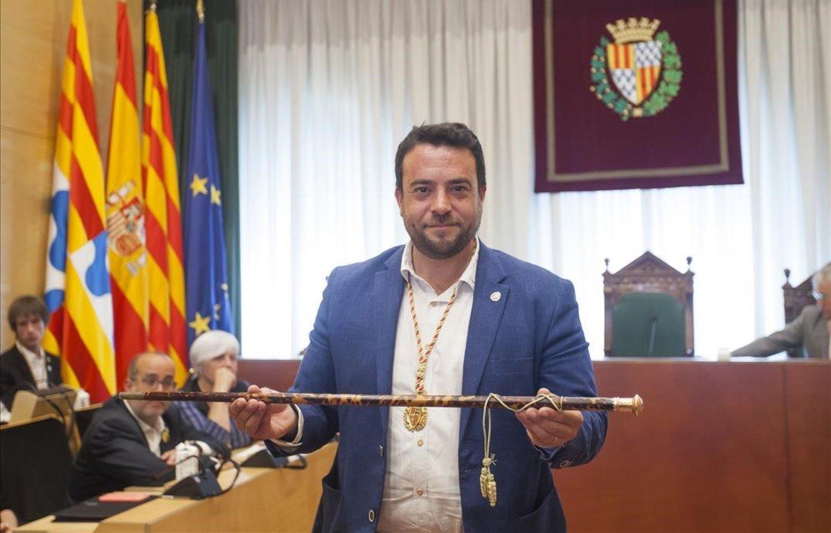 El alcalde de Badalona, con la vara de mando, en la sala de plenos del Ayuntamiento de Badalona.