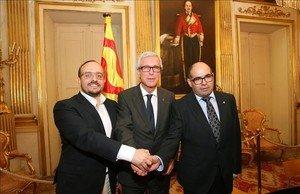 El alcalde de Tarragona, Josep Fèlix Ballesteros (PSC), entre los portavoces municipales del PPC, Alejandro Fernández, y de Unió, Josep Maria Prats.