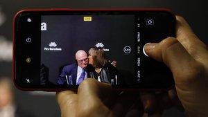 La alcaldesa de L'Hospitalet, Núria Marin, besa a John Hoffman, en la rueda de prensa tras la cancelación del MWC.