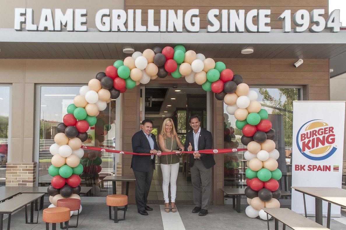 La alcaldesa de Rubí, Ana María Martínez, junto a los responsables de Burger King durante la inauguración