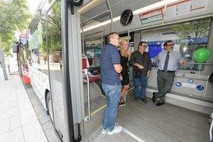 La alcaldesa de Rubí y el concejal de Movilidad, visitando los nuevos autobuses híbridos.