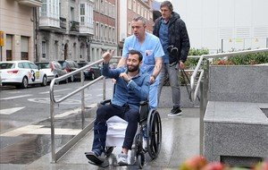 Aleix Vidal sale del hospital de Vitoria para regresar a Barcelona.