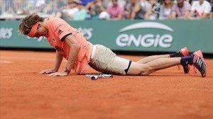 Alexander Zverev, caído sobre la tierra, durante su partido contra Lajovic.