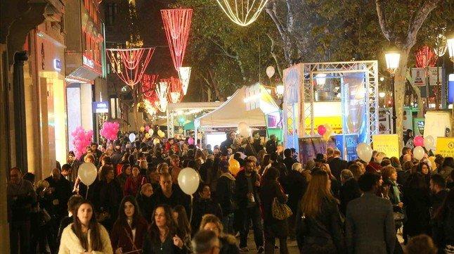 Una imagen del paseo de Gràcia durante la Shopping Night, esta noche.