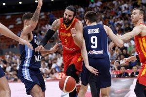 GRAF1800. NINGBO (CHINA), 27/08/2019.-El español Ricky Rubio (c) pelea por la pelota durante el amistoso ante Argentina que ambas selecciones juegan, este martes, en la ciudad de Ningbó. China acoge el Mundial de Baloncesto 2019 desde el 31 de agosto hasta el 15 de septiembre. EFE/Wu Hong