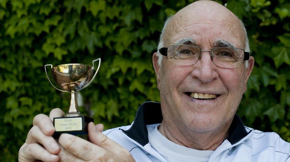 Andres Gimeno exhibe el trofeo de Roland Garros, la copa Pierre Gillou.