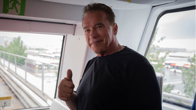 Arnold Schwarzenegger visita la L10 del metro de Barcelona.
