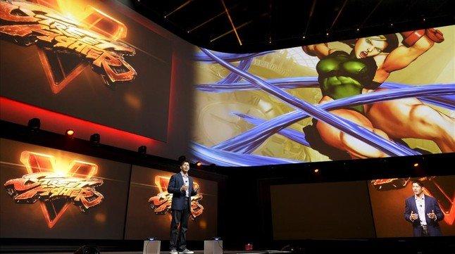 Asad Qizilbash, directivo de Sony, presenta Street Fighter V en la feria E3 de Los Angeles.