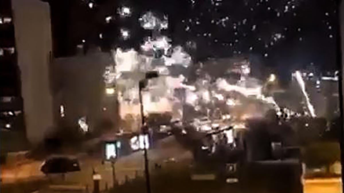 Momento del ataque con fuegos artificiales a la comisaría deChampigny sur Marne, al este de París.