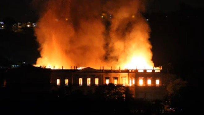 Les flames han devorat el Museu Nacional de Rio de Janeiro