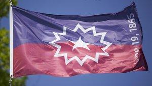La bandera del Juneteenth, festividad que conmemora el final de la esclavitud en EEUU, ondea en Omaha, este miércoles.