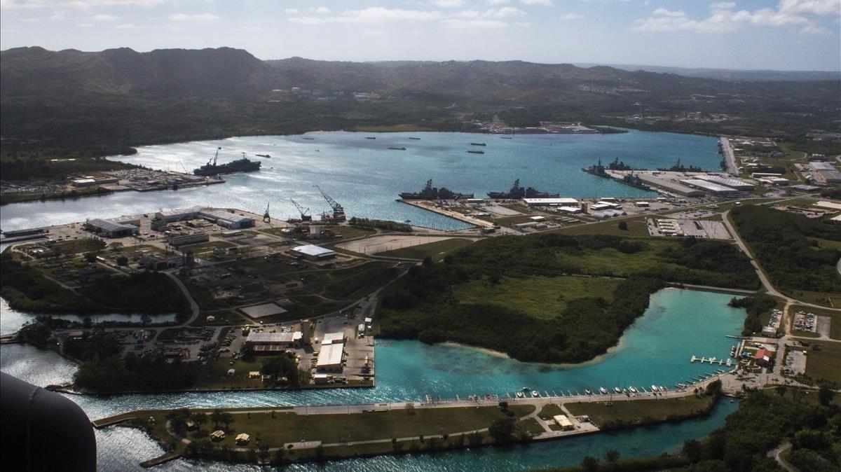 Vista aeérea de la base naval estadounidense en el puerto de Apra, en la isla de Guam