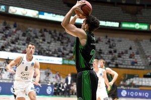 Bassas lanza a canasta en el partido europeo frente al Partizan