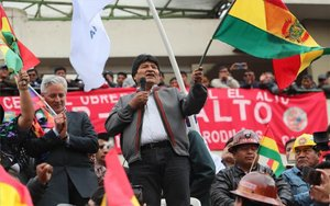 Evo Morales, presidente de Bolivia, festeja con sus seguidores.