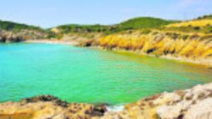 La cala de l'Home Mort, una de las playas naturista situada en el corazón de la costa del Garraf