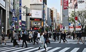 Calles concurridas en el distrito de Shinjuku, en Tokio, horas antes de que Japón declarara el estado de emergencia.
