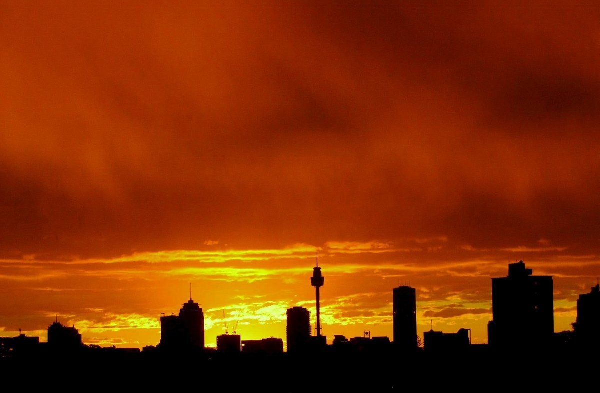 EPA02 SIDNEY AUSTRALIA 31 1 2007 ARCHIVO - Imagen de archivo fechada el 17 de junio de 2003 en la que se ve la silueta de los rascacielos de Sidney en contraste con una brillante puesta de sol Los habitantes de Sidney tendran que reducir el gasto de agua a la mitad si se pretende que la mayor ciudad de Australia sobreviva a los efectos del cambio climatico causado por el calentamiento global segun advirtieron hoy miercoles 31 de enero de 2007 cientificos australianos Un informe de referencia encargado por el gobierno estatal de Nueva Gales del Sur apunta que la temperatura maxima de la ciudad de Sidney podria incrementar casi cinco grados hasta 2070 la tasa de lluvias disminuir un 40 y la evaporacion de las reservas de agua de la ciudad aumentar en un 25 EFE Dean Lewins PROHIBIDO SU USO EN AUSTRALIA Y NUEVA ZELANDA