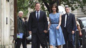 Cameron y su esposa, Samantha, llegan a un colegio electoral cercano a su residencia oficial, en el número 10 de Downing Street, esta mañana, en Londres.