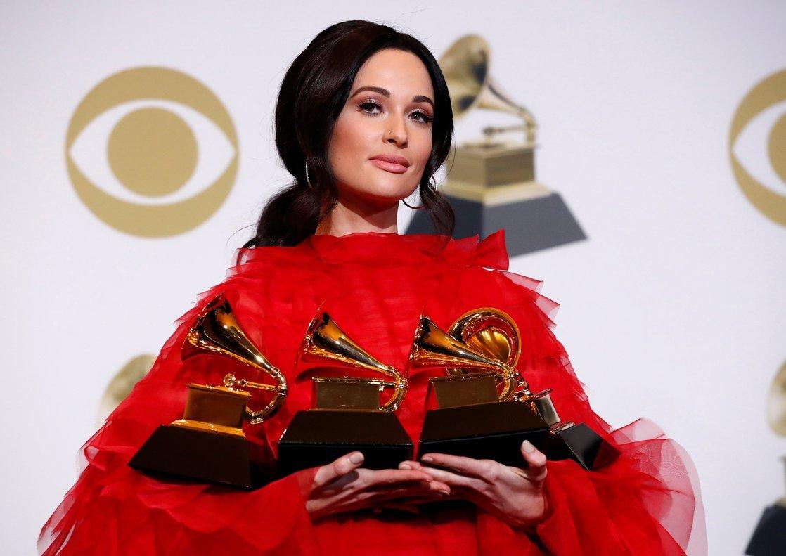 La cantante de country Kacey Musgraves posa con sus cuatro grammy.